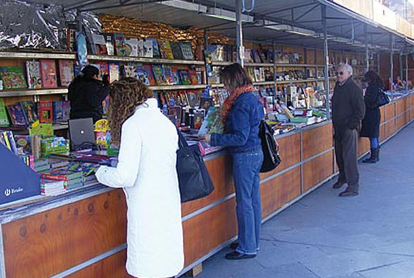 http://www.laserrania.org/mucha-variedad-y-publico-en-la-nueva-feria-del-libro-de-ronda/